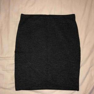Oanvänd kjol från Gina Tricot med omlott i fram, sitter tight på mig