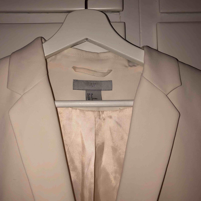 Vit kavaj från H&M, passar perfekt till olika festligheter, även till studenten. Kostymer.