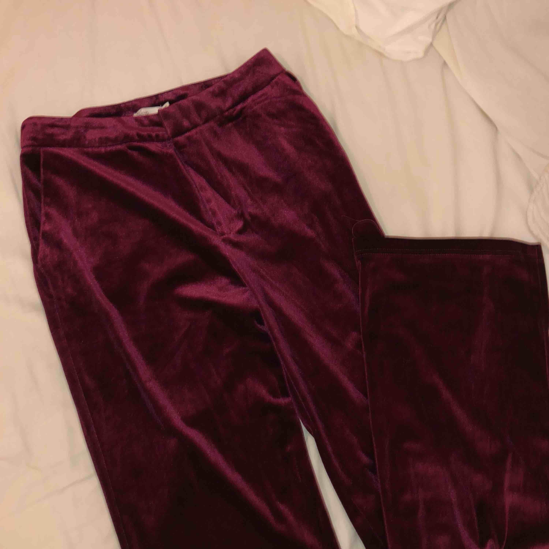 Oanvända velour byxor från Nelly. Jeans & Byxor.