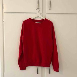 Oanvänd oversized hoodie i röd färg, väldigt mysig och skön