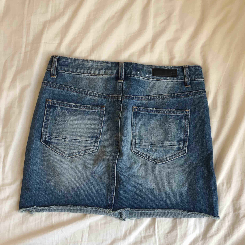 Oanvänd jeanskjol, perfekt inför våren/sommaren. Kjolar.