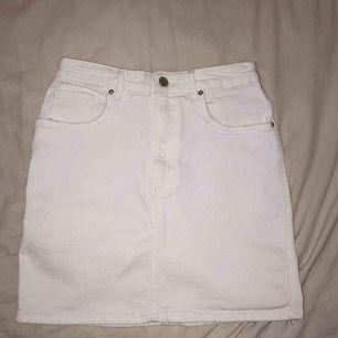 Oanvänd jeanskjol från Zara, perfekt inför våren/sommaren