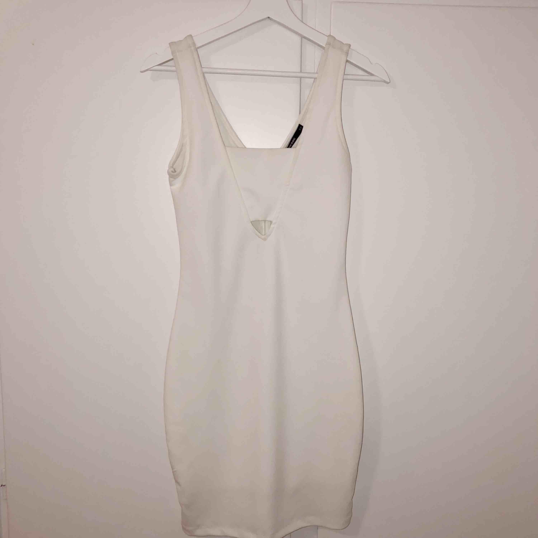 Oanvänd klänning från Bikbok i vit färg, perfekt till studenten eller till andra festligheter . Klänningar.