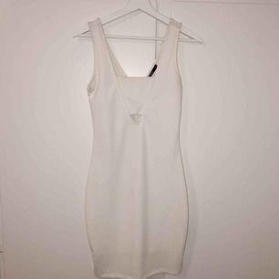 Oanvänd klänning från Bikbok i vit färg, perfekt till studenten eller till andra festligheter