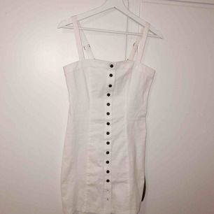 Oanvänd klänning från forever 21, säljer då denna är lite stor på mig och kommer inte till användning, men är perfekt inför sommaren och så fin på
