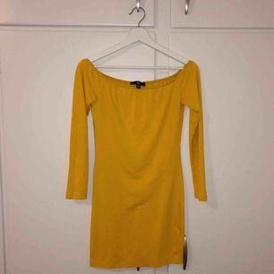 Oanvänd klänning från Missguided