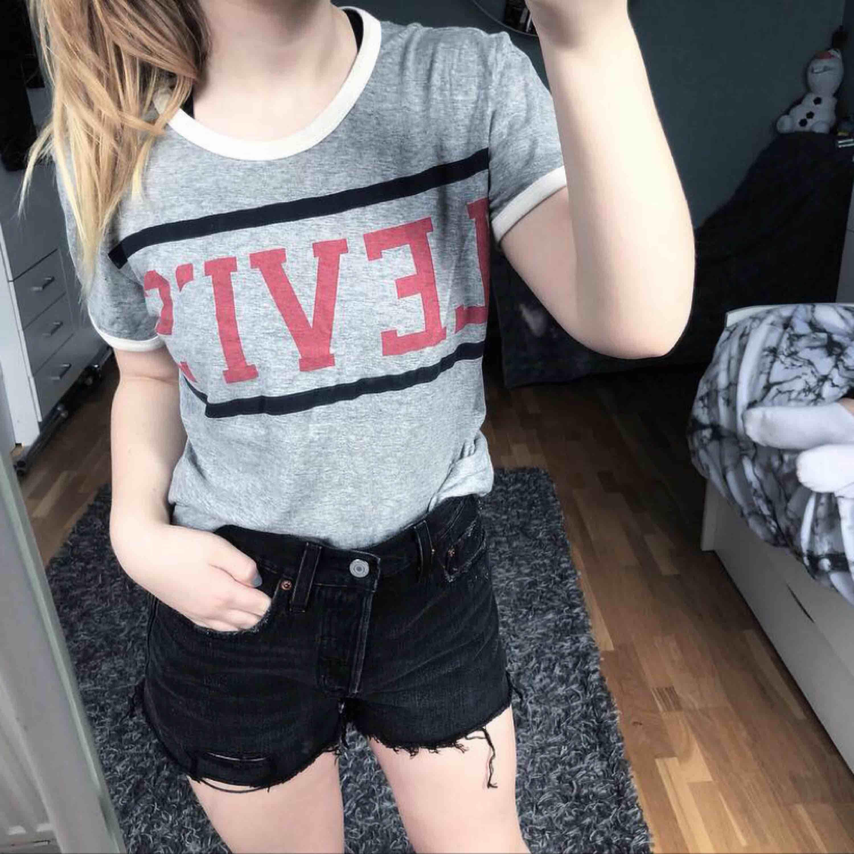 Levis t-shirt 💋 Storlek S Använd fåtal ggr, superbra skick! 120 ink frakt 🤩🤩. T-shirts.