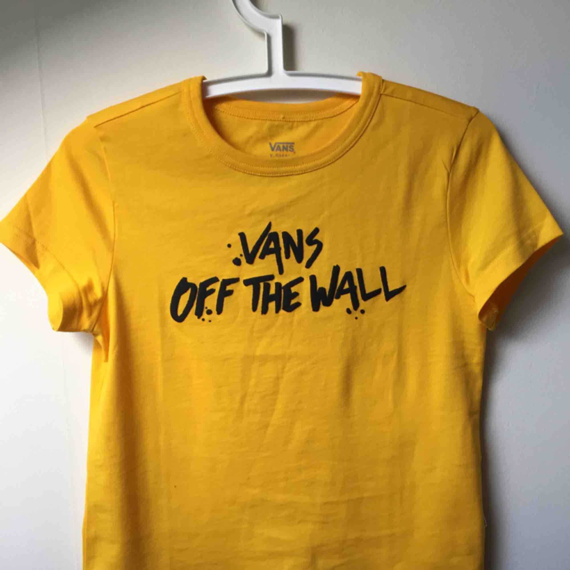 Snygg Vans tisha, som ny. Använd en gång. Lite kortare än en vanlig tshirt men inte croppad. Trycket är lite gummi-aktigt, alltså lite struktur. En riktig longboard-tshirt till sommarn nu ☀️ frakt tillkommer. T-shirts.