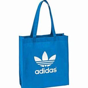 Tygväska från Adidas. Tillkommer fraktkostnad på 27kr