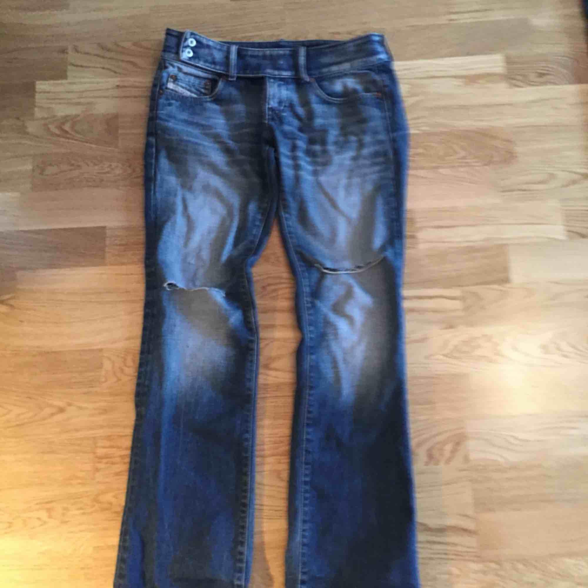 Riktigt snygga Diesel jeans, hål vid knäna och lite utsvängda nertill Kom med bud och kolla gärna mina andra annonser, kan samfrakta i den mån det går Går ej att swisha, men går bra med kontanter eller banköverföring. Jeans & Byxor.