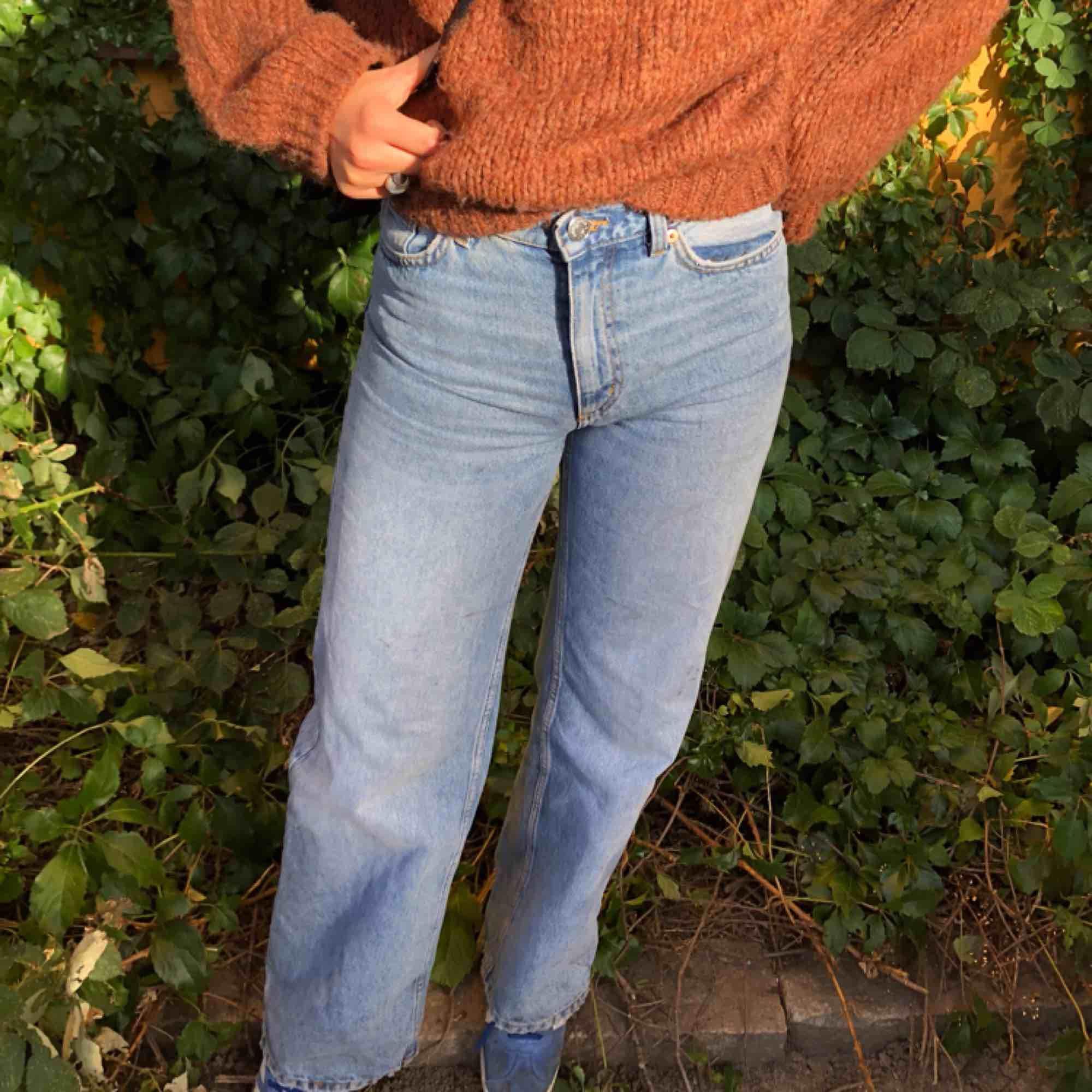 Snygga utsvängda byxor från Monki i strlk 27, använda enstaka gånger. Jeans & Byxor.