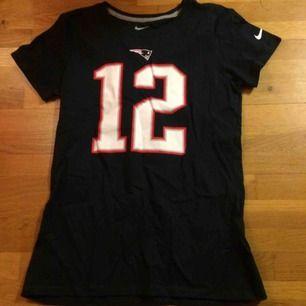 Alla Patriots fans... säljer min Tom Brady tshirt. Givetvis officiell merch. Stl L slim fit. Frakt 39 kr. Jag har även cam Newton samt AP när han var i vikings till salu.