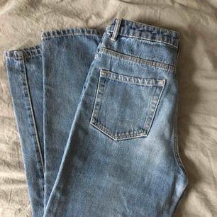 Mom-jeans från Zara i strl 34. Säljs pga att de är för tighta på mig, sitter bäst på någon i strl 34, jag har 36. Köpare står för frakt.