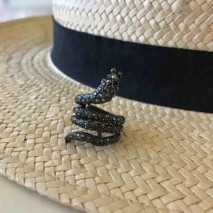 Rock by sweden ring i form av orm. Något sliten på undersidan, men det är inget som syns när man har den på :)