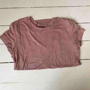 T-shirt från Zara strl s aldrig använd. Kan mötas i Örebro annars frakt vilket köparen står för.