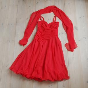 Röd balklänning. Draperat liv och vid kjol.