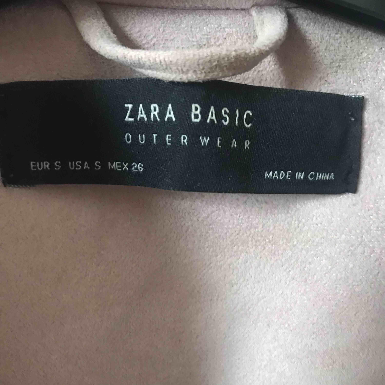 Jacka från zara  Nypris 399 Inte min stil så använt den ett fåtal gånger! Bra skick  Köparen betalar frakten!!. Jackor.
