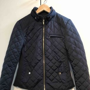 Marinblå Vår/ höst jacka från Zara, strl S , aldrig använd , (köparen står för frakten)