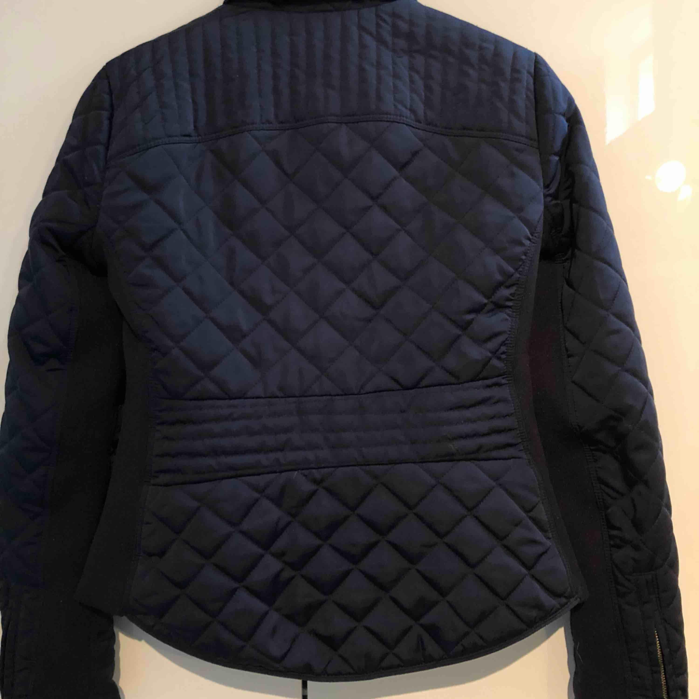 Marinblå Vår/ höst jacka från Zara, strl S , aldrig använd , (köparen står för frakten). Jackor.