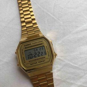 Klocka från märket Casio i bra skick. Köpt för 598kr på ur&penn. Fraktar och kan mötas upp på Södermalm i Stockholm :)