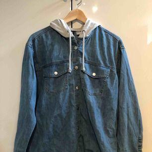 Tunn jeansjacka från hm ( med Hood ) strl 36 , aldrig använd ( köparen står för frakten