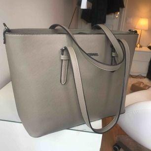 grå/beige väska från diabless. rymlig och nyskick.