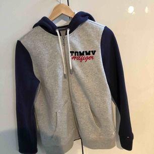 Tommy Hilfiger hoodie, strl S , aldrig använd ( köparen står för frakten)