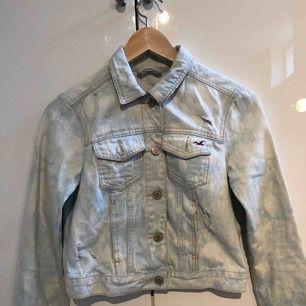 Light wash denim Jeansjacka ifrån Hollister , strl S , använd fåtal gånger , ( köparen står för frakten)