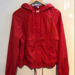 Röd vindjacka från hm, strl 36 , aldrig använd - har dock en slitning på knappen ( köparen står för frakten )