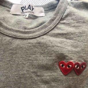 Säljer min fina T-shirt från CDG st:M , endast använd 2 gånger sen har den bara legat o väntat i garderoben.  Köpte den för 148 USD på farfetch.