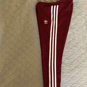 Vinröda tights från adidas , strl XS , ordinarie pris 320 , aldrig använda , ( köparen står för frakten)