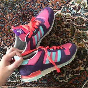 Knappt använda adidas skor. Superfina och färgglada så här lagom till våren:) Bra skick. Kan mötas upp i Stockholm annars tillkommer frakt:)