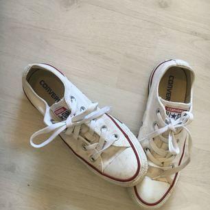 Sparsamt använda vita låga converse! Lite skitiga, men inte slitna! Kan tvättas om det önskas innan köp!! Kan mötas upp men även skicka! Frakten ingår ej!!