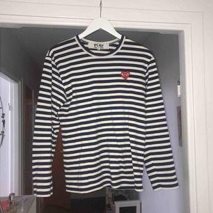 Blå och vitrandig tröja från CDG i fint skick❤️ passar dig som är S/M säljes pga ingen användning av den längre🌟 köparen står för frakten