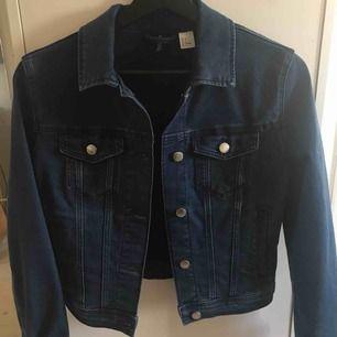 Jeansjacka från H&M strl 36 (något liten i storleken!!)  Aldrig använd, skickas mot fraktkostnad