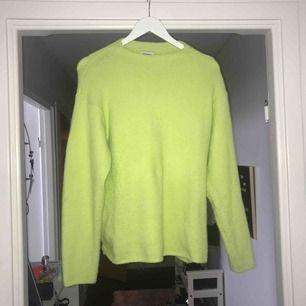 en neongrön tröja från weekday🌟 står att den är xs men är väldigt oversized så passar även dig som är S/M🦖 köparen står för frakten