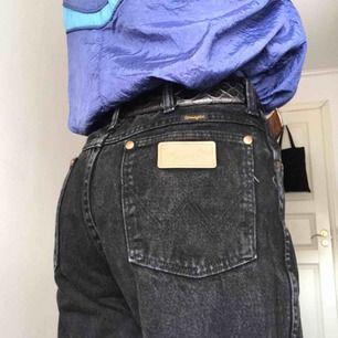 Supersnygga vintage Wrangler jeans (made in U.S.A) De är i topp skick och jättesnygg stentvätt! 😍 Ett måste! Kan passa alla mellan en w26 och w31, om man har w30 eller mindre behöver man ett skärp. Frakt på 60kr tillkommer.