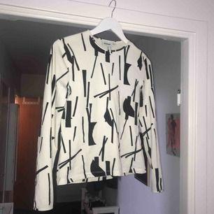 en cool långärmad tröja från weekday🤩 köparen står för frakten