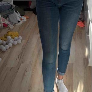 Jeans från Tommy Hilfiger passar storlek 36 i midjan, kommer aldrig till användning. Som nya