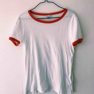 Sparsamt använd T-shirt från Gina tricot :)  Frakt tillkommer