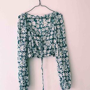 Fin croppad blus från Zara, använd fåtal gånger. Ena öglan är sönder men det går att laga lätt!  Frakt tillkommer