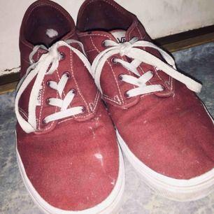 Hej. Jag säljer ett par Vans i storleken 39. Skorna är lite slitna pågrund av att jag har använt dom en hel del men fortfarande användbara. Har spillt lite färg på skorna som man ser på bilden. Köparen står för frakt  vilket blir 95kr.🖤