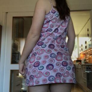 En jättefin klänning köpt på humana, passar dom flesta storlekar beroende på hur tajt man vill ha den!💗