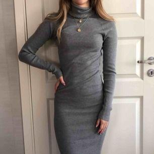 Grå ribbad lång klänning, mycket bekäm. Aldrig använd! Köpare står för frakt!😁