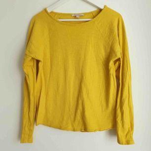 Superfin gul tröja med råa kanter från Esprit. Storlek xs men oversized så skulle säga att passar mer S. Nyskick, nästan oanvänd, färgen passar inte mig.  Mötas i Uppsala eller fraktar (fraktkostnad står på köparen)