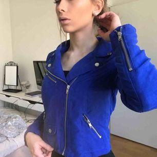 Skitsnygg mocka-jacka i blått, perfekt skick bara använd nån enstaka gång, köpt på H&M