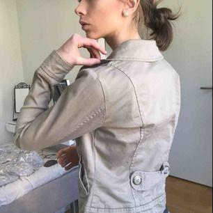 Beige jacka med du bubbla rader knappar, och guldiga knappar, köpt på H&M