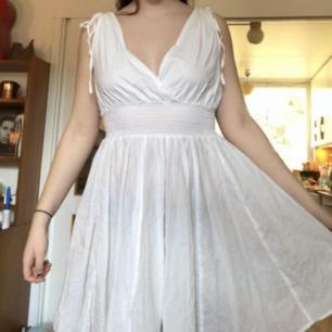 Vit tunn klänning som är jätteskön och sval! Skulle säga att den passar på dom flesta storlekar då den är jättestrechig och banden är justerbara 💗