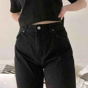 Mom jeans i modellen Seattle från Weekday. Färgen är Black! Skriv gärna vid övriga frågor 💓