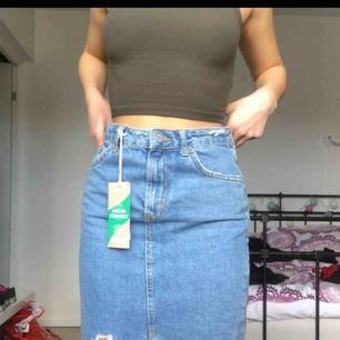 ljusblå jeanskjol från ginatricot aldrig använt original pris 400kr, storlek 34 den kommer till knäna på mig och jag är 159 med storlek 32 frakten ingår i priset💘